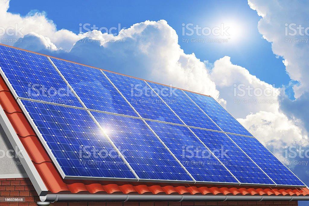 Sonnenkollektoren auf Haus Dach – Foto