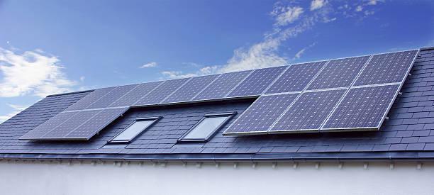 sonnenkollektoren auf haus dach. nachhaltige erneuerbaren energien - mondlandefähre stock-fotos und bilder