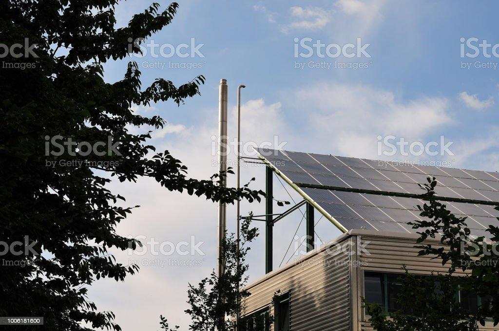 Sonnenkollektoren auf dem Dach eines Bürogebäudes – Foto