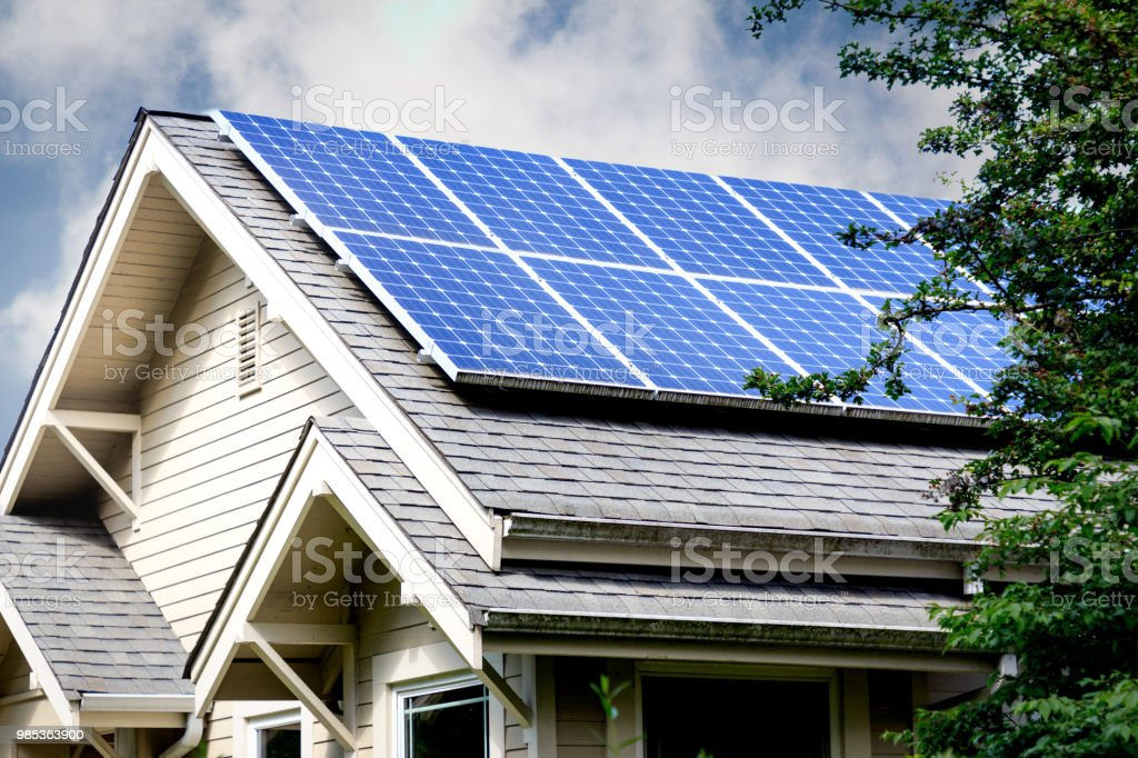 Painéis solares no telhado de casa foto de stock royalty-free