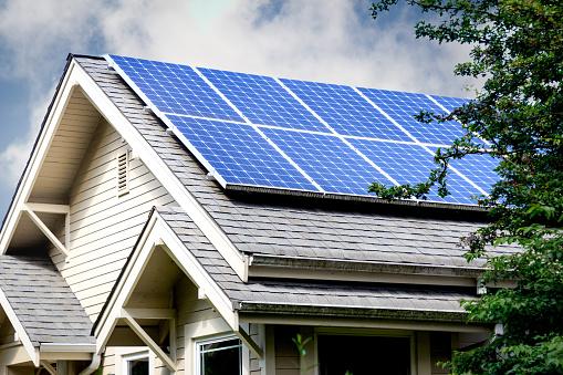家の屋根の上のソーラー パネル - アメリカ合衆国のストックフォトや画像を多数ご用意