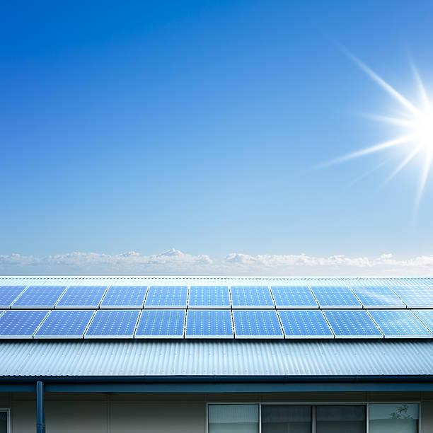 sonnenkollektoren auf dem dach - solarleuchten stock-fotos und bilder