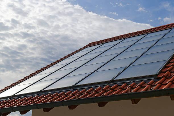 Sonnenkollektoren auf dem Dach – Foto