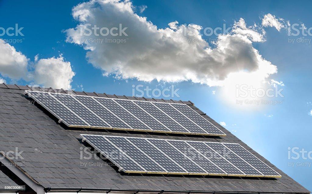 Paneles solares en el techo de la casa foto de stock libre de derechos