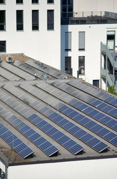 Solaranlagen auf dem Dach eines Industriegebäudes – Foto
