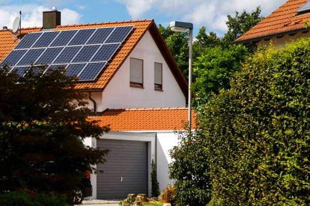 Sonnenkollektoren auf dem Gefliesteines Dach eines Gebäudes an einem hellen sonnigen Tag. Das Konzept einer guten Investition, eines Schnäppchens, eines Überflusses an Energie. Selektiver Fokus – Foto