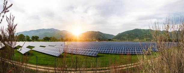 Solaranlagen, Photovoltaik, alternative Stromquelle. Blick auf eine Solarstation am Fuße eines Berges-Konzept der nachhaltigen Ressourcen – Foto