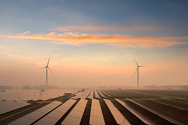 pannelli solari  - rete elettrica foto e immagini stock