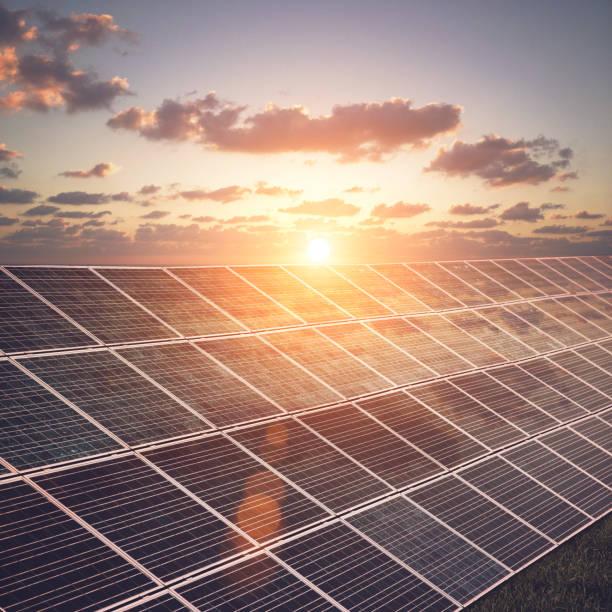 sonnenkollektoren erneuerbare energien nachhaltige ressourcen - solaranlage stock-fotos und bilder