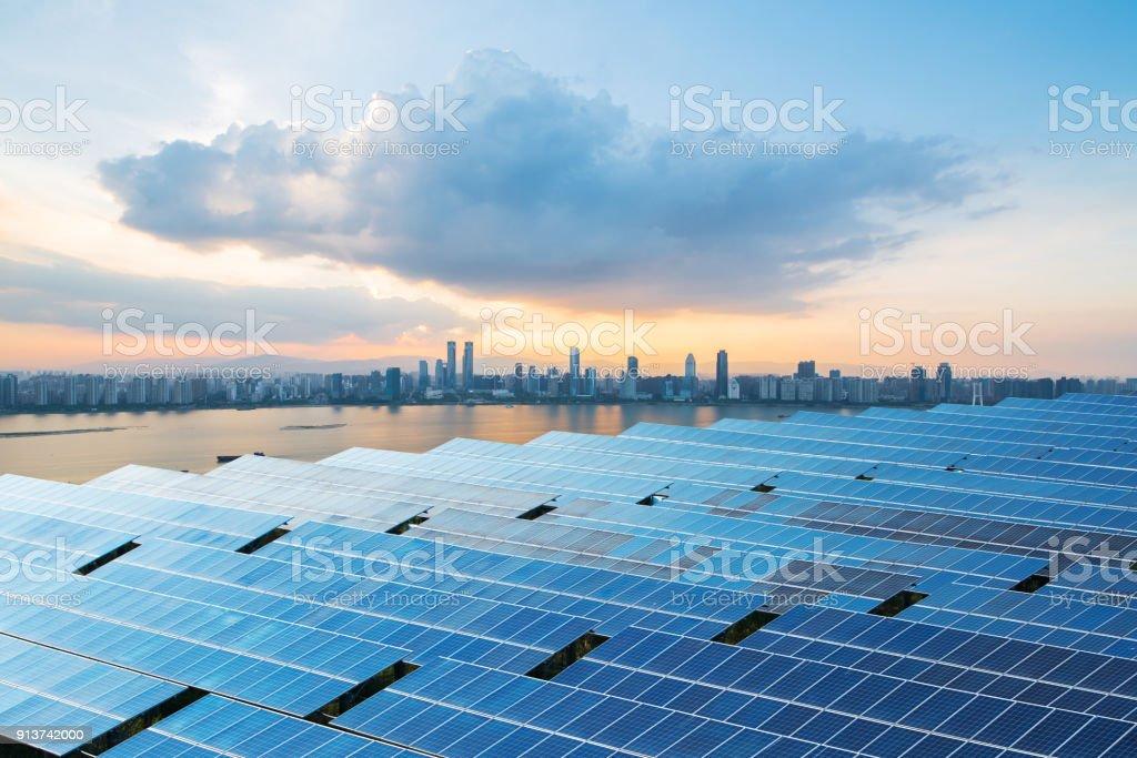 Sonnenkollektoren mit Stadtbild von Singapur – Foto