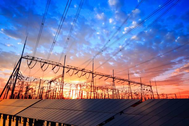 solar-photovoltaik-panels und unterstationen am abend - solarstrom stock-fotos und bilder