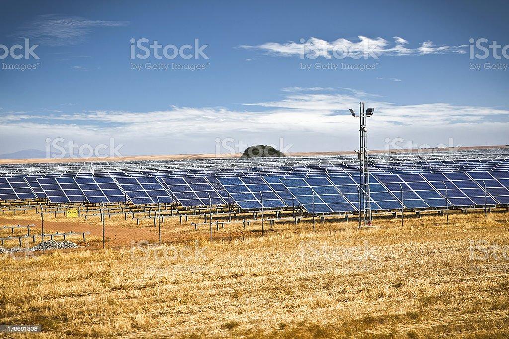 Panel Solar fotovoltaico campo de la producción de energía renovables foto de stock libre de derechos