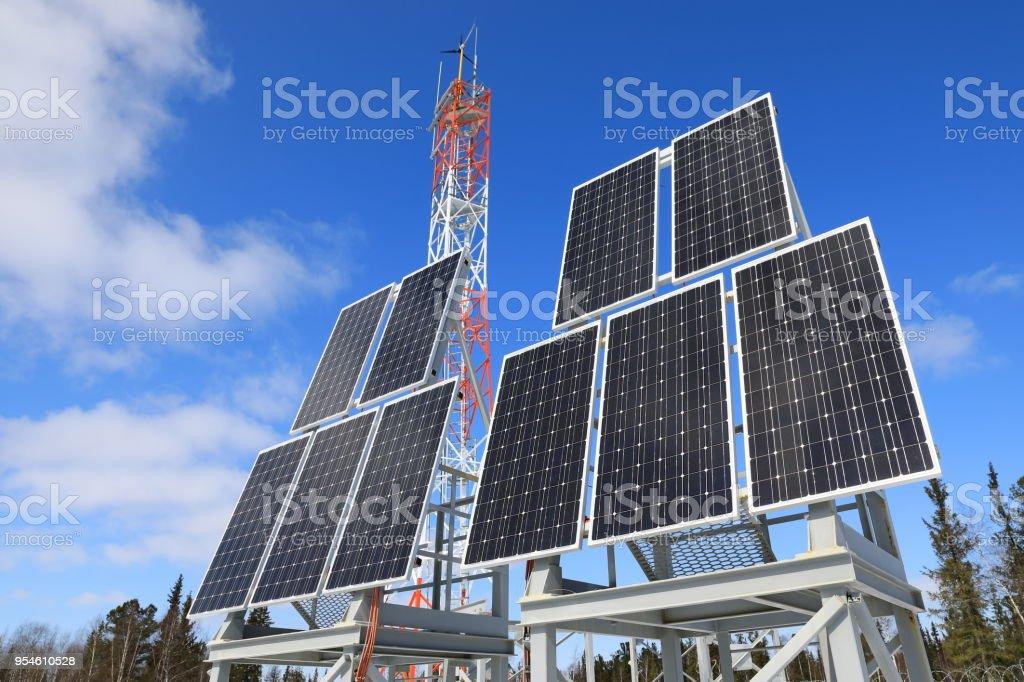 Panneaux d'énergie solaire sur fond de ciel bleu avec des nuages - Photo