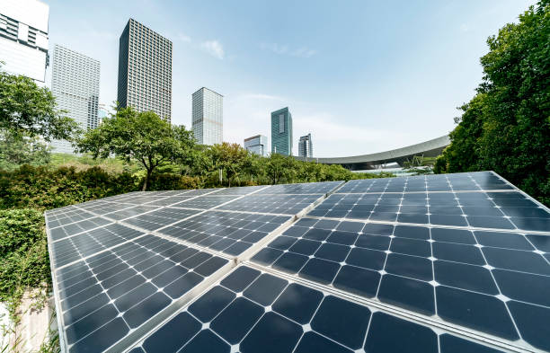 solarkraftwerk in modernen stadt, nachhaltige erneuerbare energien - nachhaltige entwicklung stock-fotos und bilder