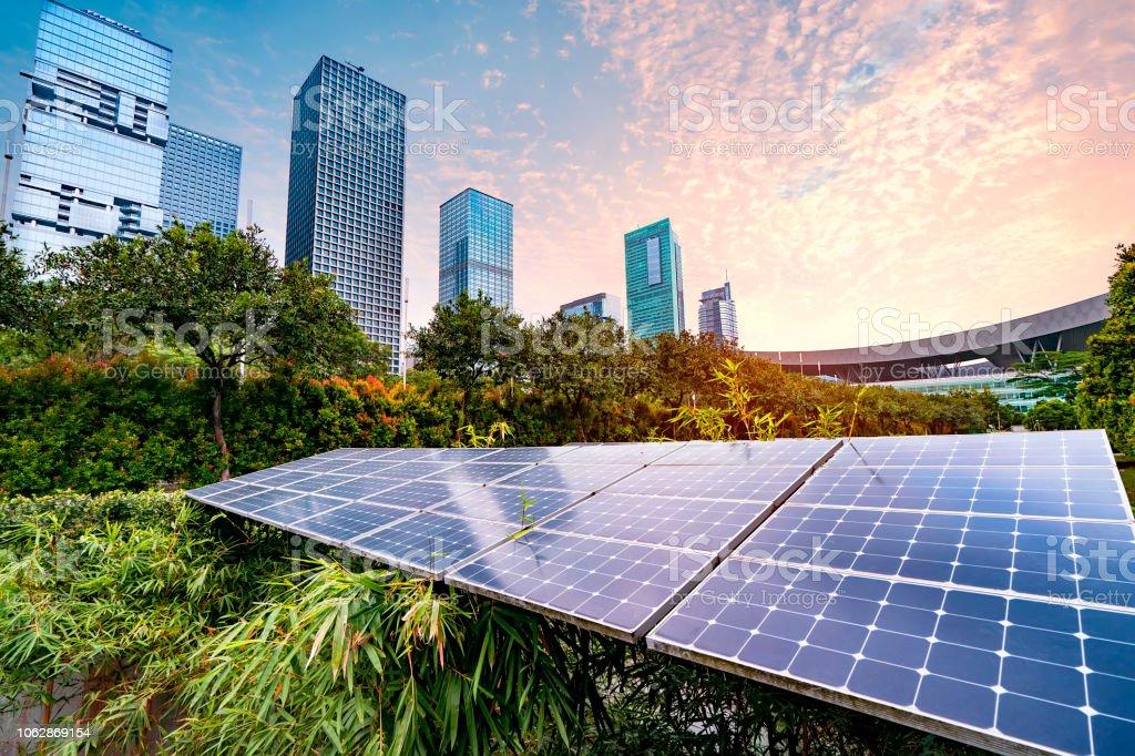 Planta de energía solar en la ciudad moderna, sostenible de energía renovable - Foto de stock de Ahorros libre de derechos