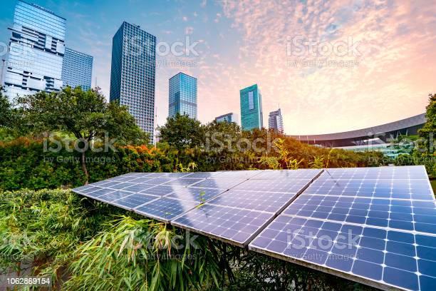 Planta De Energía Solar En La Ciudad Moderna Sostenible De Energía Renovable Foto de stock y más banco de imágenes de Recursos sostenibles