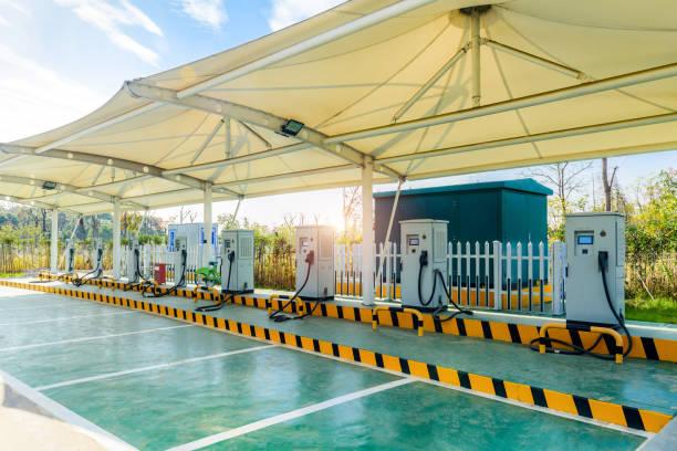 Une voiture électrique station dans un parking public de recharge solaire - Photo