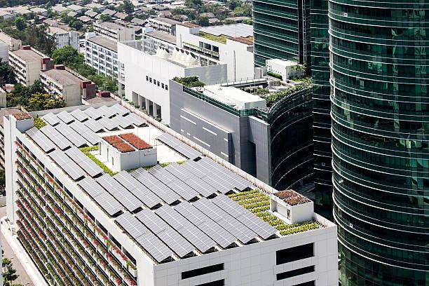 Solarzellen auf dem Dach, auf dem Gebäude – Foto