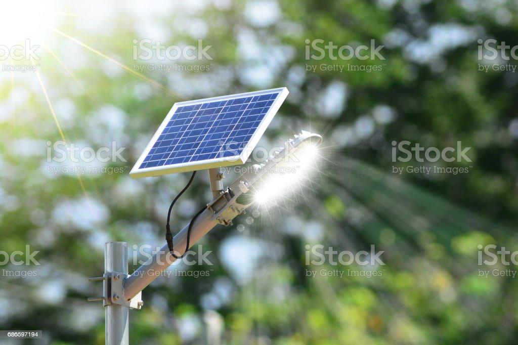 Lampe solaire rue. photo libre de droits
