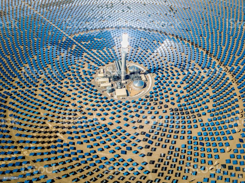 Vista aérea de estação de usina de energia solar térmica - foto de acervo