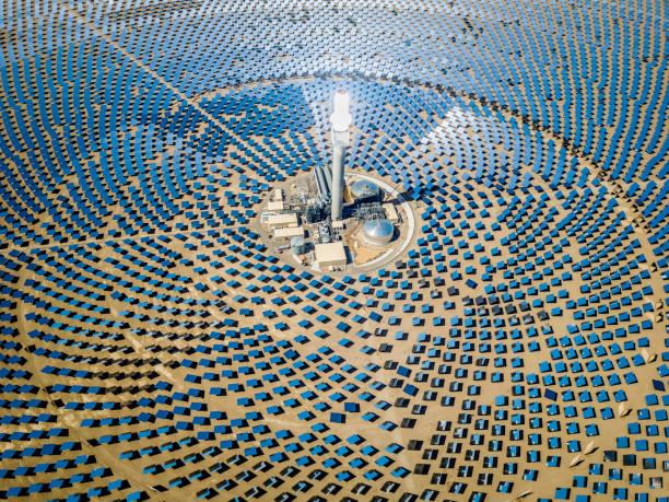 zonne thermische centrale station luchtfoto - toren bouwwerk stockfoto's en -beelden