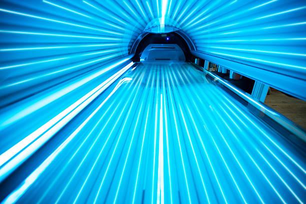 solarium tanning bed - gebruind stockfoto's en -beelden