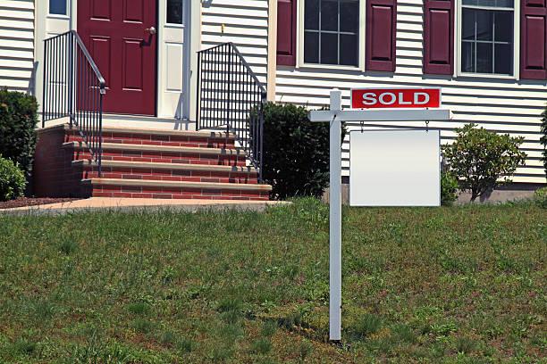 Vendu immobilier signe sur la pelouse vide enseigne - Photo