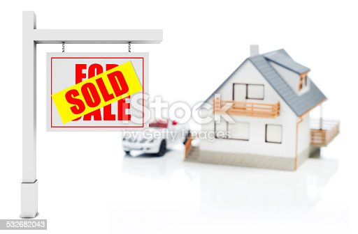 istock Sold sign in front of house 532682043