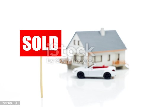 istock Sold sign in front of house 532682241