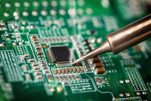 Löten eines Mikro-Chip-Prozessor mit EisenWerkzeug grün Schaltung boad. Electroncs Service-Technologie und Makro-Computer-Konzept Hintergrund. – Foto