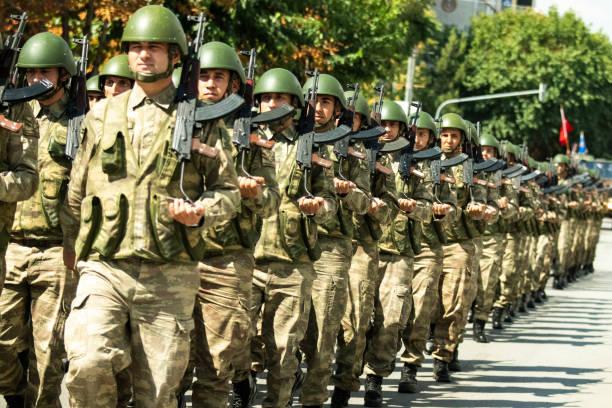 soldaat en geweer - turkse etniciteit stockfoto's en -beelden