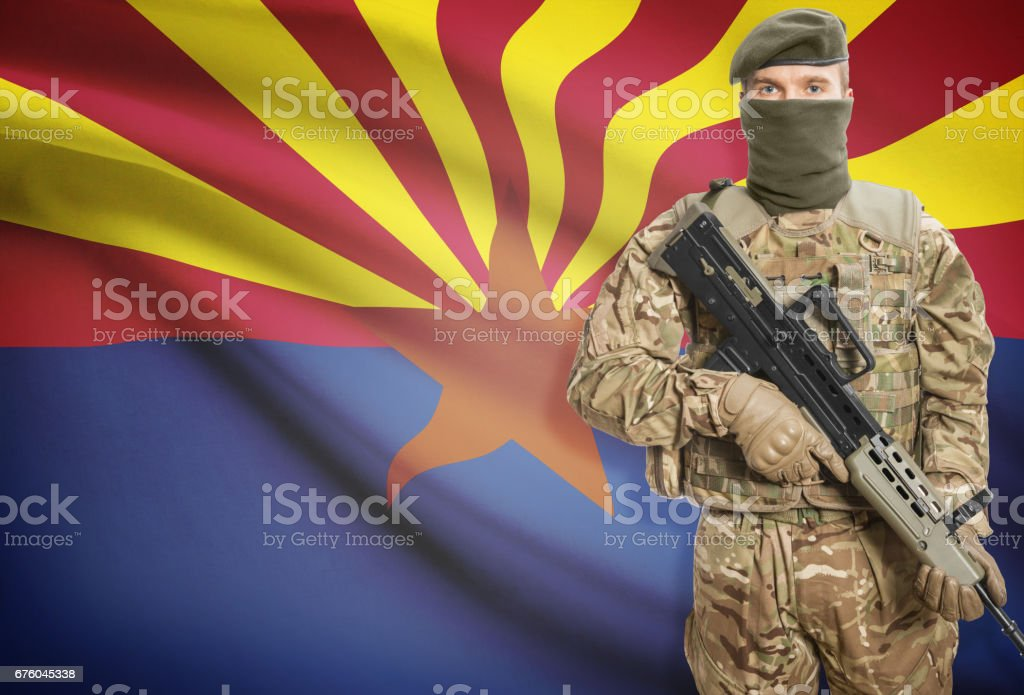 Soldier holding machine gun with USA state flag on background series - Arizona - foto de acervo