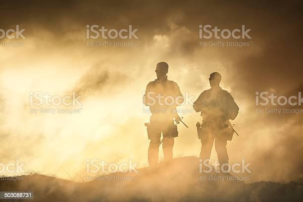 Photo libre de droit de Soldat Dans Un Brouillard De La Guerre banque d'images et plus d'images libres de droit de Adulte