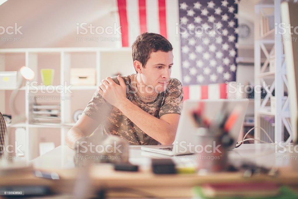 Soldado en la oficina - foto de stock