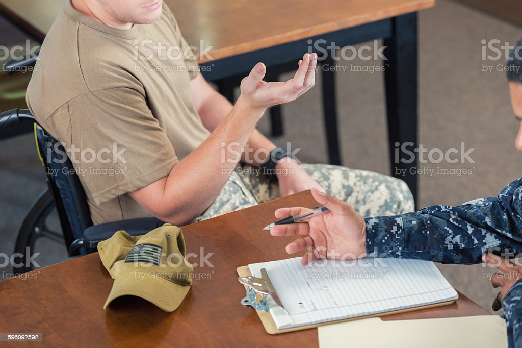 Soldier meeting with counselor after injury during deployment Lizenzfreies stock-foto