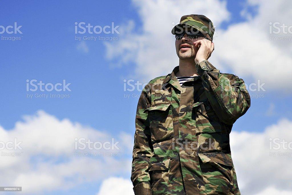Soldaten Handy, militärische Mann Tarnung Armee Uniform an Lizenzfreies stock-foto
