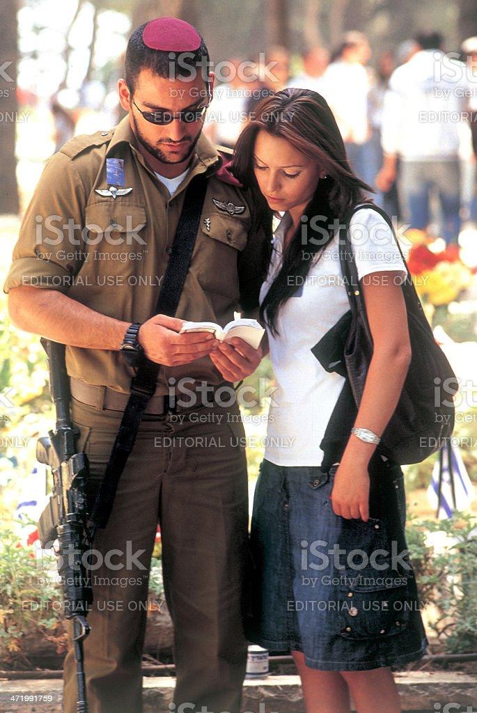 Soldier desean un reducido comrade. - foto de stock