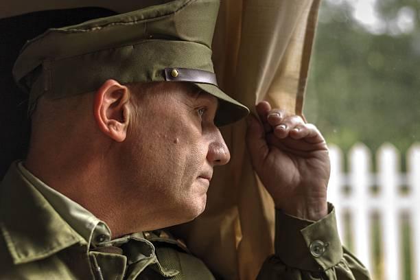 soldaten starren aus dem fenster im zug, die traurigen - abschiedswünsche stock-fotos und bilder