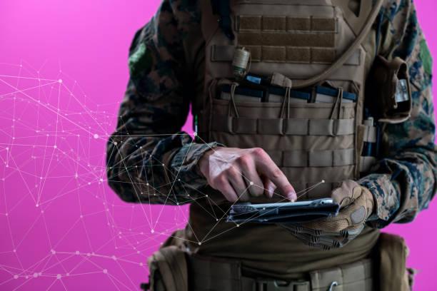 Soldat mit Tablet-Computer Nahaufnahme verpixelt – Foto