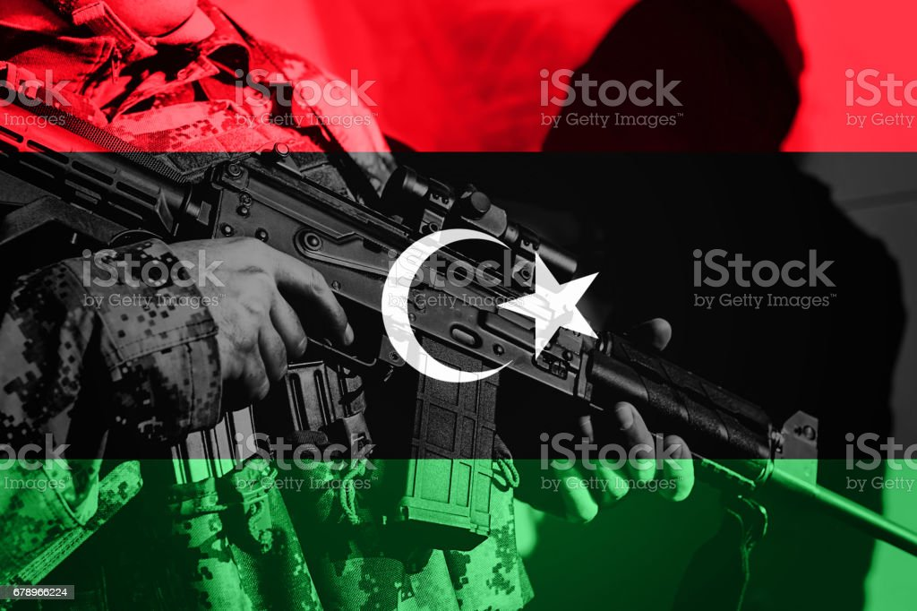 Soldier with machine gun with national flag of Libya photo libre de droits