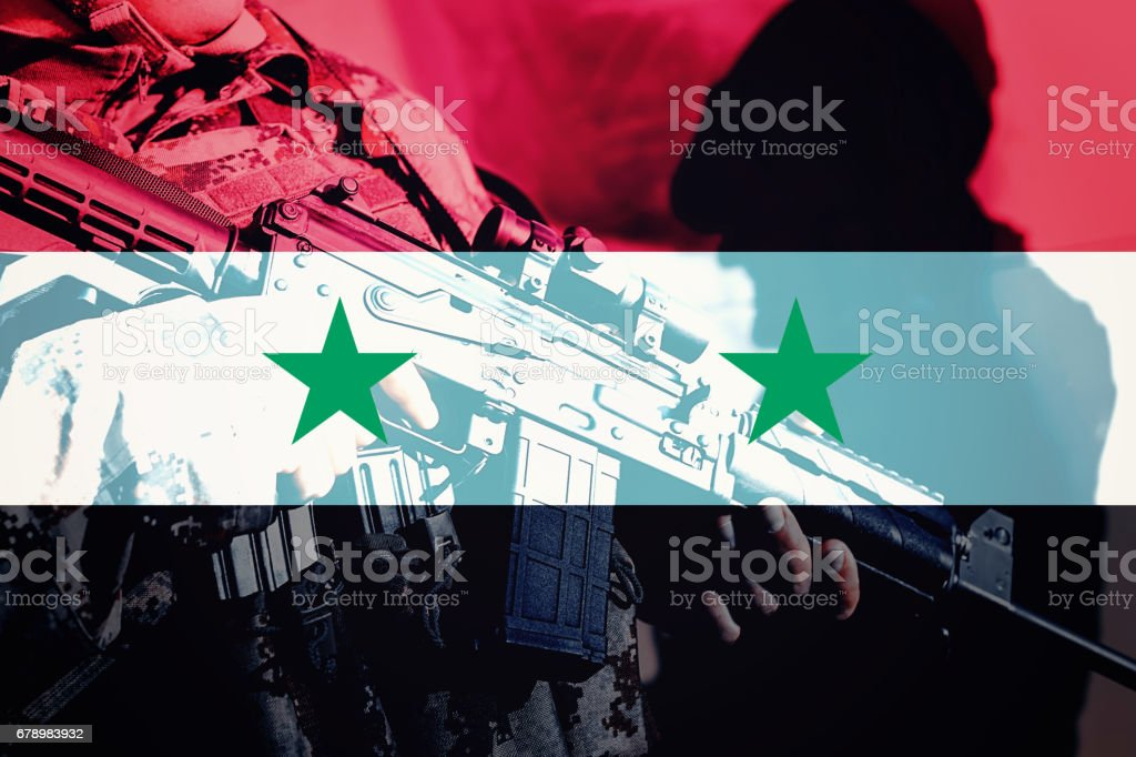 Soldier with machine gun with national flag of Syria photo libre de droits