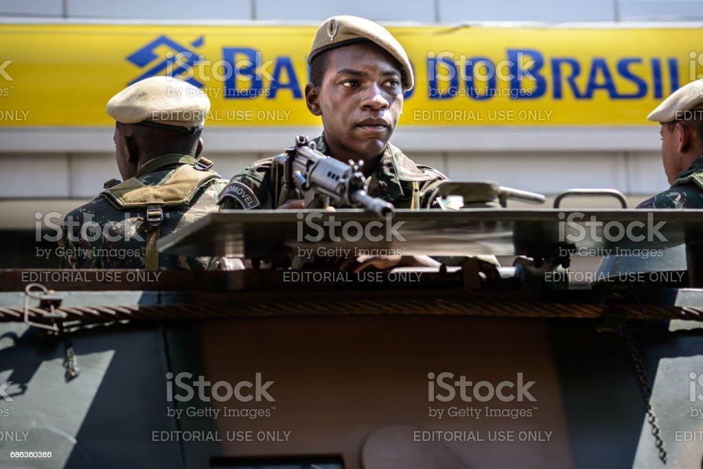 Soldado com arma - foto de acervo