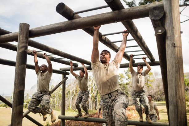 soldaten klettern klettergerüst - militärisches training stock-fotos und bilder