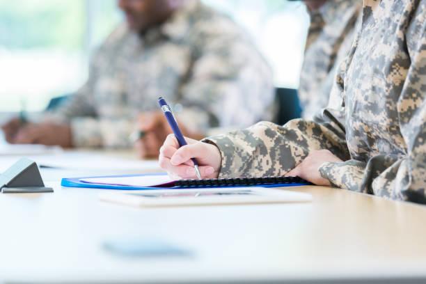 soldaten während der college-klasse prüfung abgeschlossen - militärisches training stock-fotos und bilder