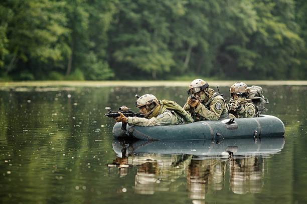soldaten in einem boot segeln im voraus - segelhandschuhe stock-fotos und bilder