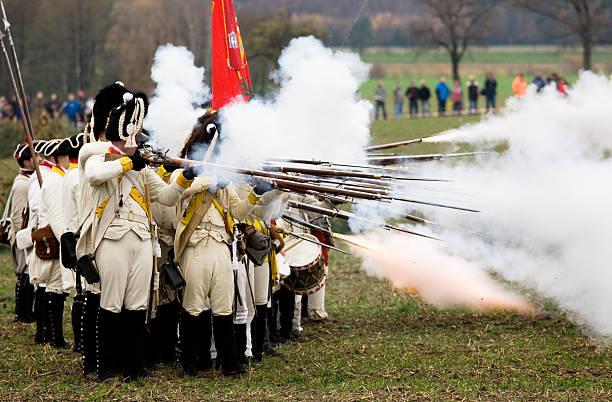 soldaten im historischen regimentals entlassen werden an muskets - imperialismus stock-fotos und bilder