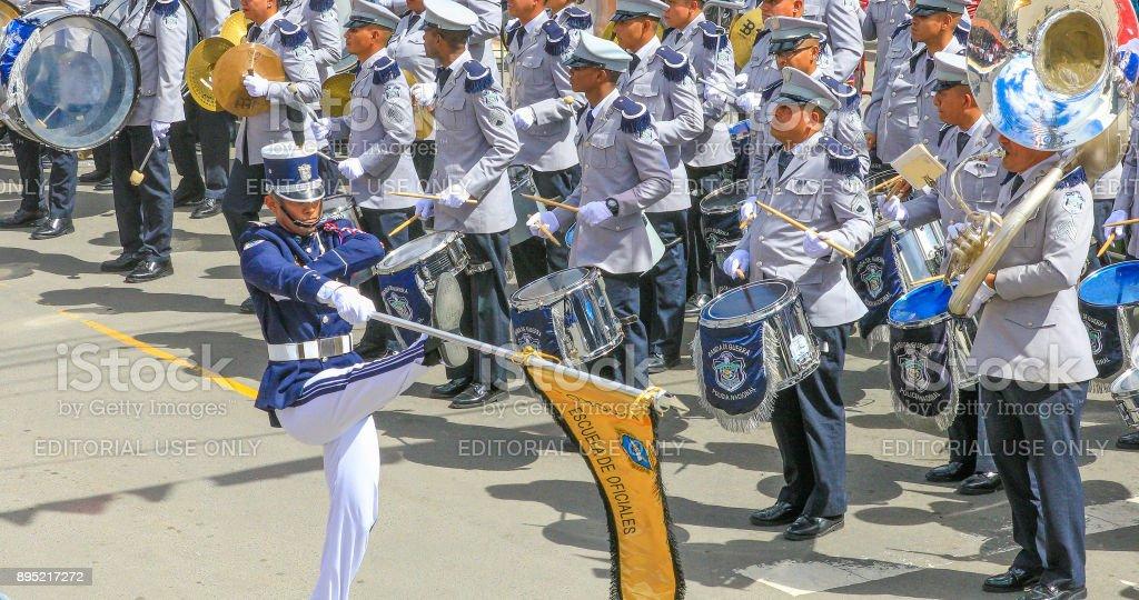 soldados em desfile com a banda musical - foto de acervo