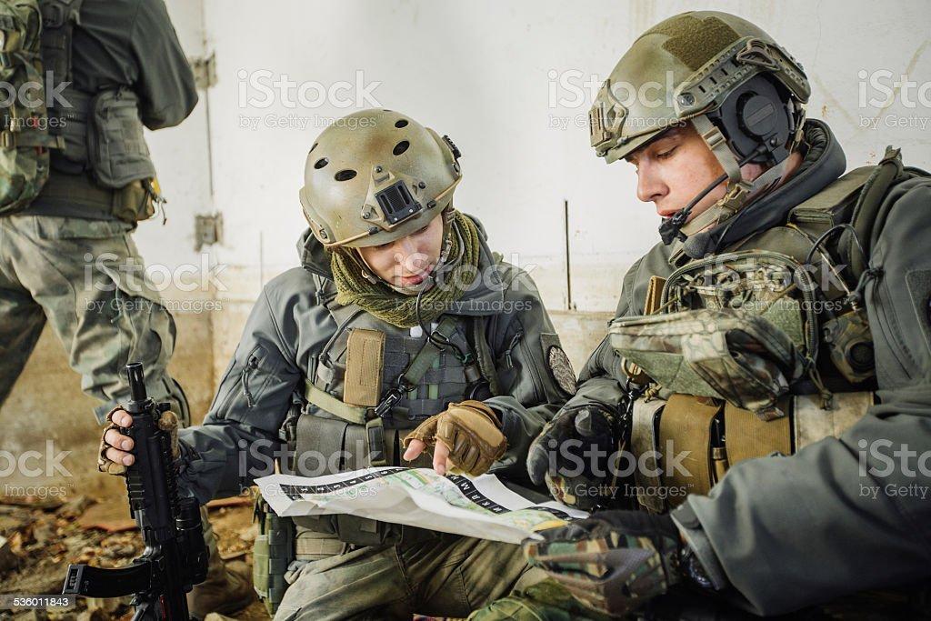 Soldados en la habitación Vista del mapa - foto de stock