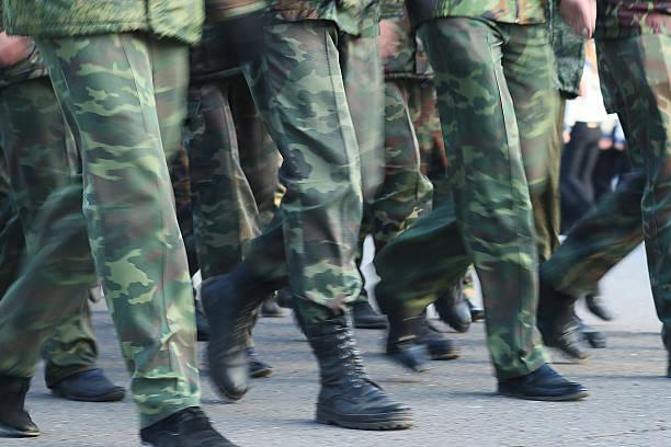 Desfile de soldados fundas cuadrados - foto de stock