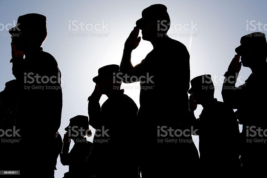 Soldados Salute a bandeira ao pôr-do-sol - foto de acervo